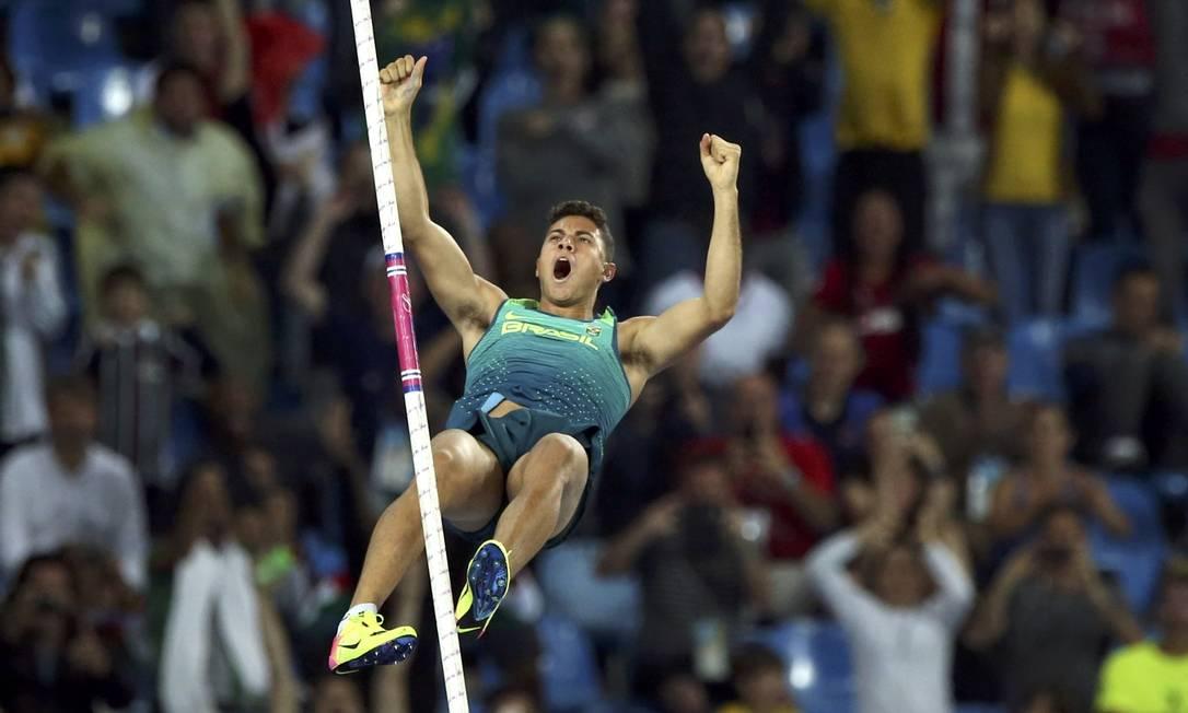O brasileiro Thiago Braz conquista a medalha de ouro no salto com vara, e bate o recorde olímpico GONZALO FUENTES / REUTERS