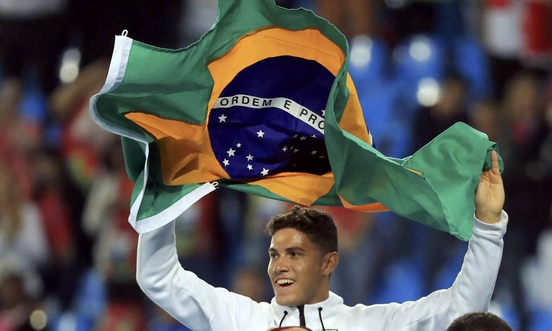 Carregando a bandeira brasileira Thiago faz a torcida delirar no Engenhão DOMINIC EBENBICHLER / REUTERS