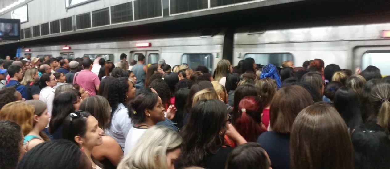 Passageiros ficaram aglomerados na estação Central Foto: Marina Brandão / Agência O Globo