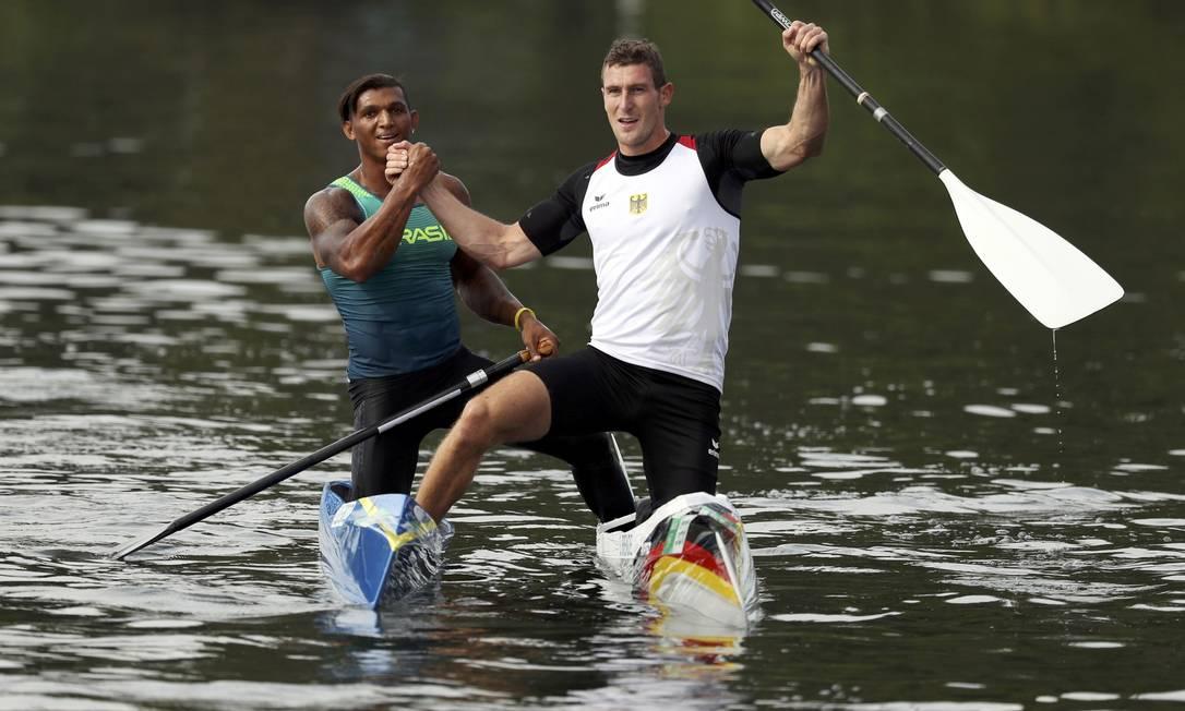O brasileiro Isaquias Queiroz comemora a prata, ao lado do alemão Sebastian Brendel, medalha de ouro na canoagem DAMIR SAGOLJ / REUTERS