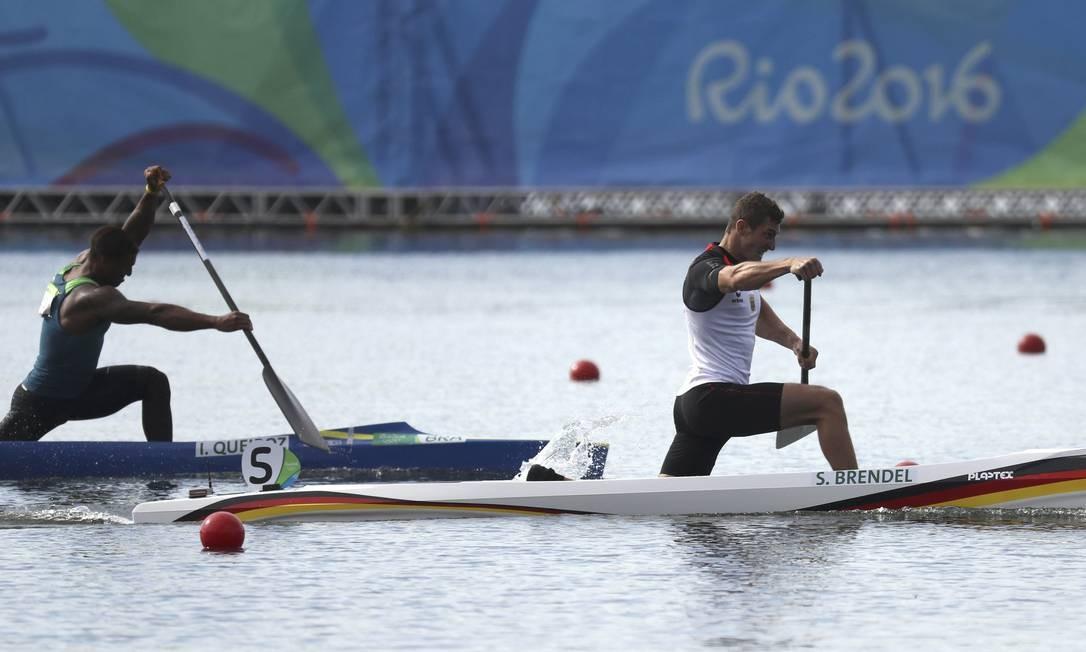 Isaquias rema com força na perseguição ao alemão Sebastian Brendel, tricampeão mundial e agora bicampeão olímpico Foto: DAMIR SAGOLJ / REUTERS