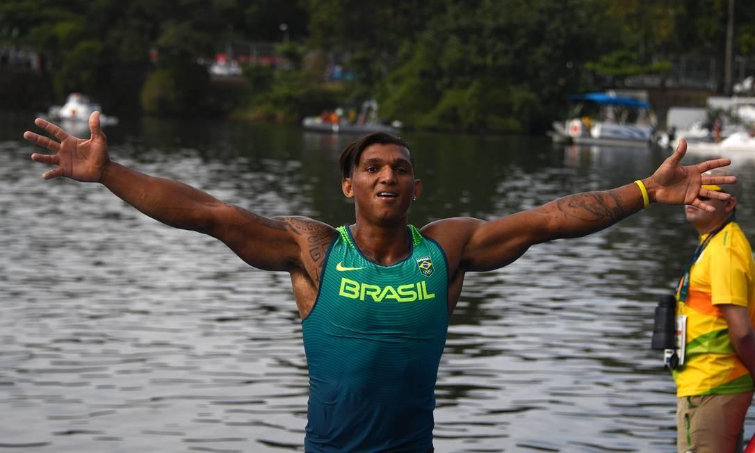 Isaquias Queiroz abre os braços e comemora o segundo lugar na prova C1, a de 1000m da canoagem de velocidade Foto: DAMIEN MEYER / AFP