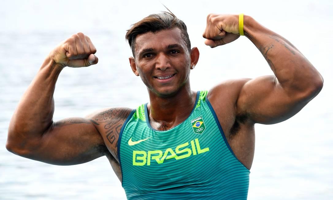 O sorriso de Isaquias Queiroz: ele tem a força e a medalha de prata na prova de 1000m da canoagem de velocidade DAMIEN MEYER / AFP