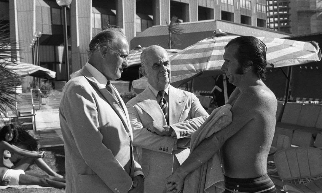 João Havelange e o piloto Emerson Fittipaldi na piscina do Hotel Hotel Sheraton, em Buenos Aires, em 1978 Arquivo O Globo / Agência O Globo