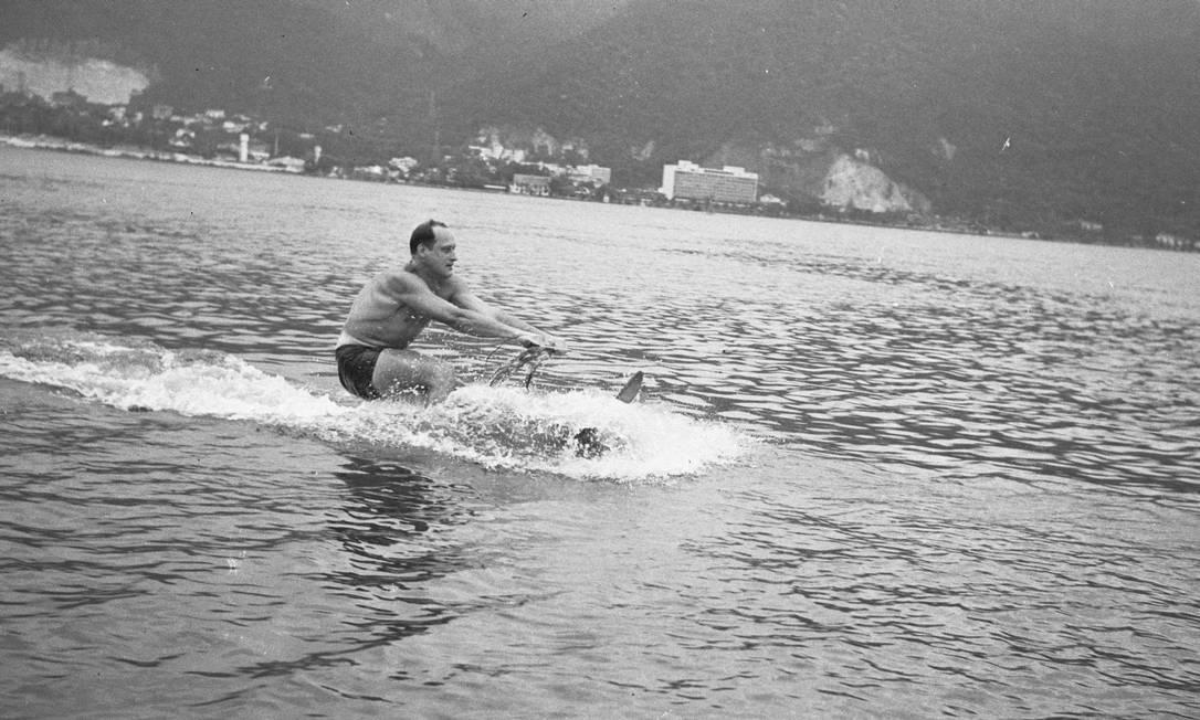 Depois da carreira como atleta, Havelange continuava apaixonado pela água. Aqui, em 1957, um registro no esqui aquático na Lagoa Rodrigo de Freitas Arquivo O Globo / Agência O Globo