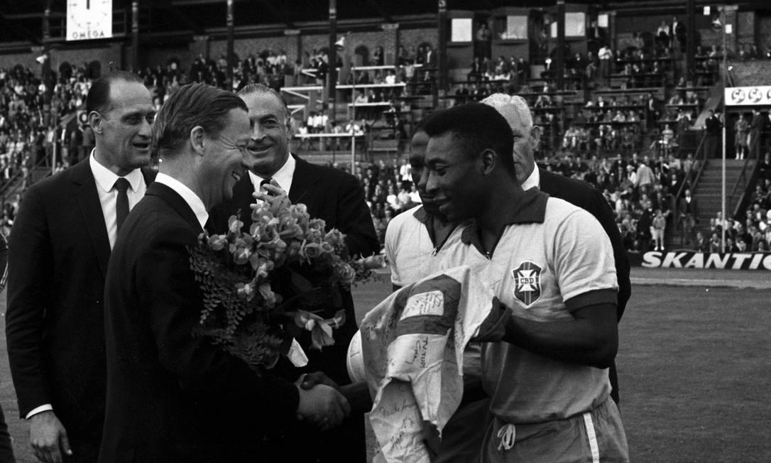 Havelange participa de solenidade com Pelé, que faz a entrega de uma camisa da seleção brasileira autografada por toda a delegação após o amistoso com a Suécia, em Birmingham, em 1966 Indaiassu Leite / Agência O Globo