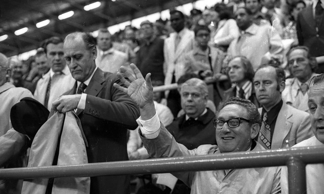 Com o então secretário de Estado dos Estados Unidos, Henry Kissinger, nas quartas de final da Copa do Mundo de 1974. No jogo, o Brasil perdeu para a Holanda por 2 a 0 O GLOBO