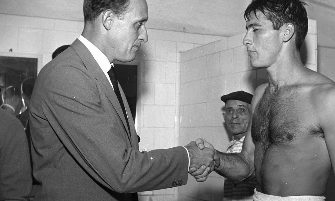Havelange cumprimenta o jogador Bellini no vestiário, em 1959 Arquivo O Globo / Agência O Globo