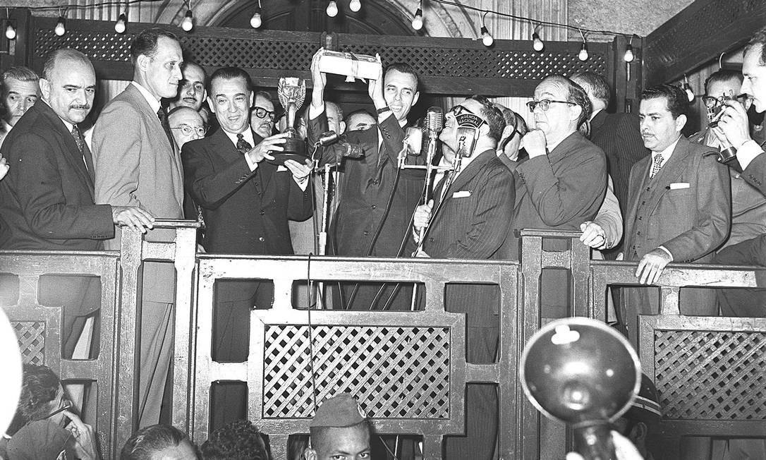 Homenagem aos campeões do mundo, em 1958. Na foto, João Havelange e Juscelino Kubitschek, segurando a taça Jules Rimet nas mãos O GLOBO