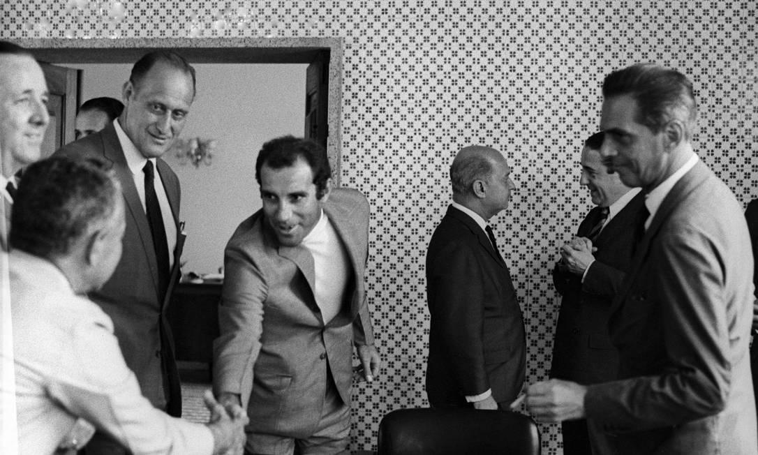 O embaixador Walter Moreira Salles ofereceu um coquetel em sua casa em homenagem a toda a Comissão Técnica da Confederação Basileira Desportos, em 1969 . Na foto, Havelange com Gérson e João Saldanha Arquivo O Globo / Agência O Globo