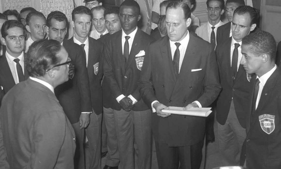 Seleção Brasileira a caminho da Copa de 1962, no Chile. Da esquerda para a direita: o governador da Guanabara Carlos Lacerda, Zito, Zagalo, Garrincha, Zózimo, João Havelange, Pepe e Altair O GLOBO