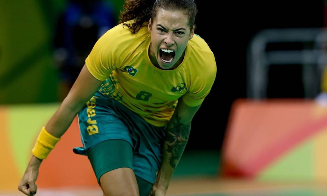 A ponta esquerda Fernanda comemora gol nas quartas de final. A Holanda venceu por 32 a 23 e avançou à semifinal do Rio-2016 Pedro Kirilos / Agência O Globo