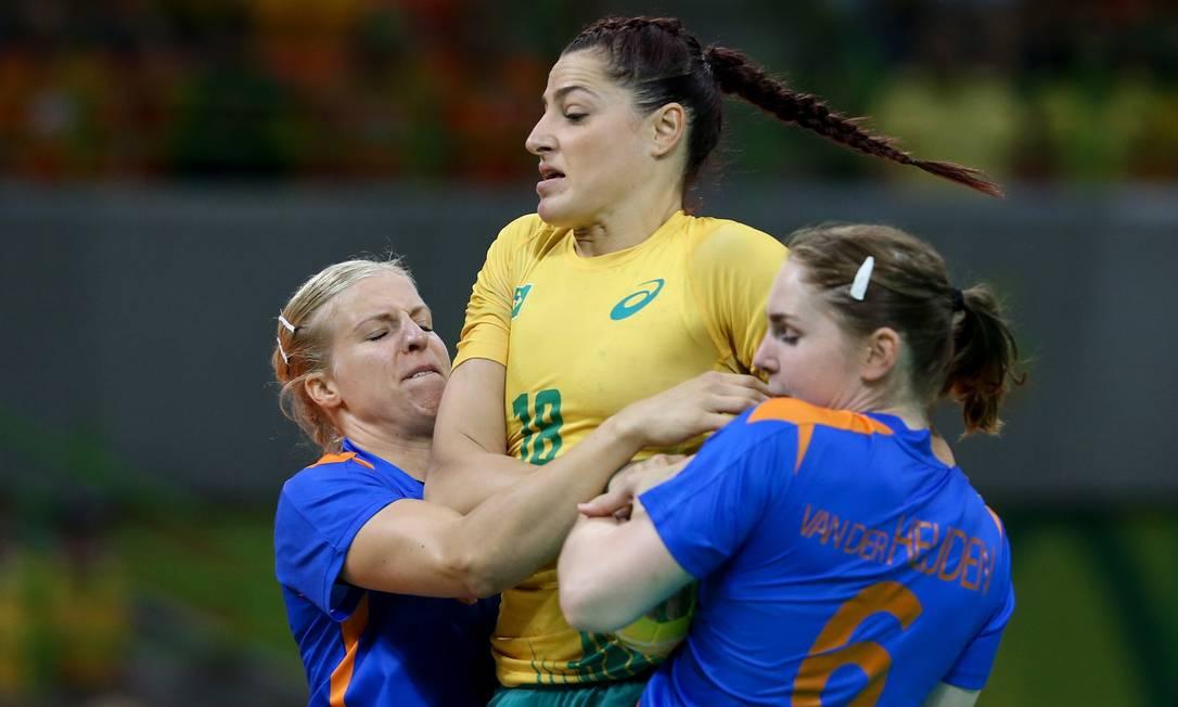 Holandesas tentam bloquear jogadora brasileira em partida válida pelas quartas de final Pedro Kirilos / Agência O Globo