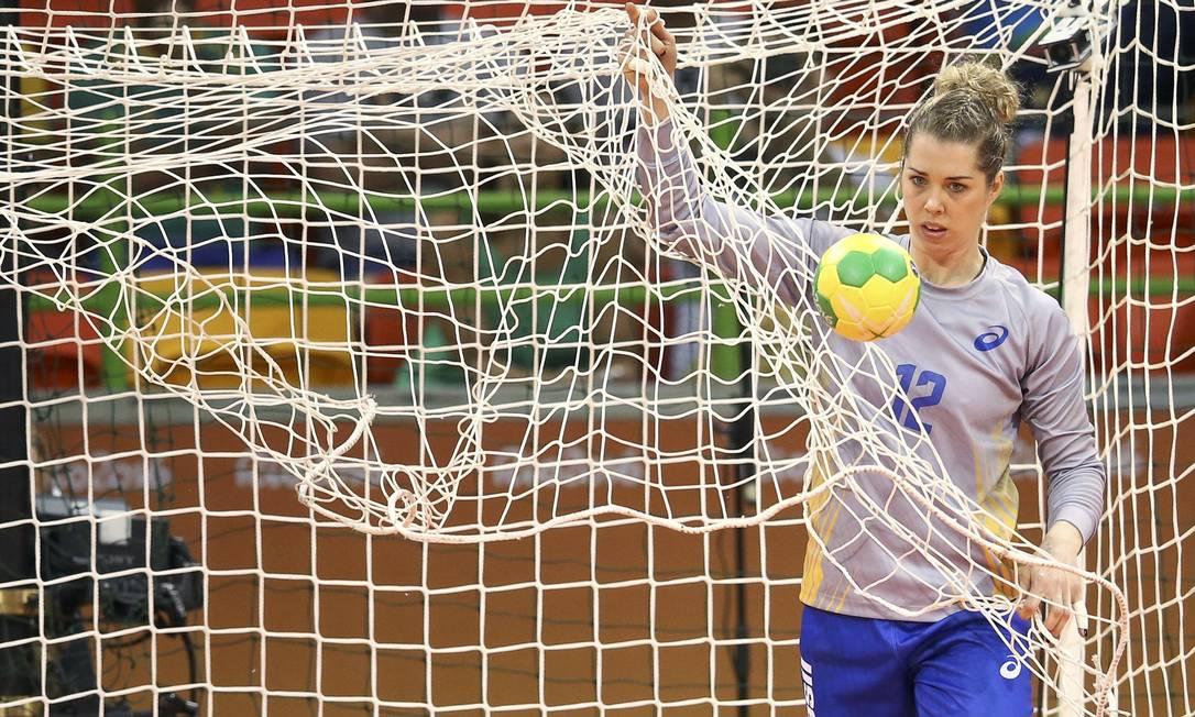 A goleira Barbara recolhe a bola das redes brasileiras, na Arena do Futuro MARKO DJURICA / REUTERS