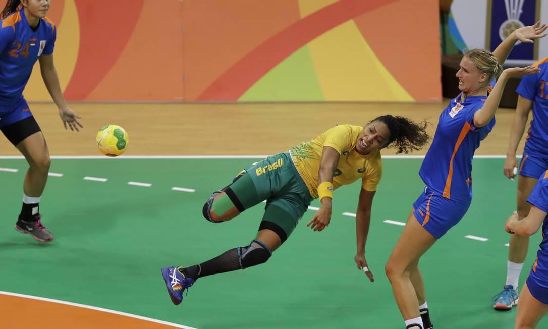 Ana Paula Melo tenta marcar gol durante a partida — não foi o bastante para vencer as holandesas Ben Curtis / AP