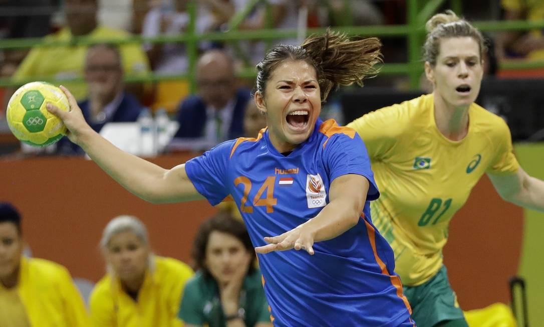 Martine Smeets, ponta esquerda da Holanda, arremessa para o gol brasileiro Matthias Schrader / AP