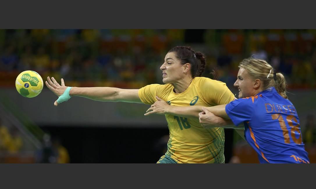Eduarda e Dulfer brigam pela posse da bola MARKO DJURICA / REUTERS