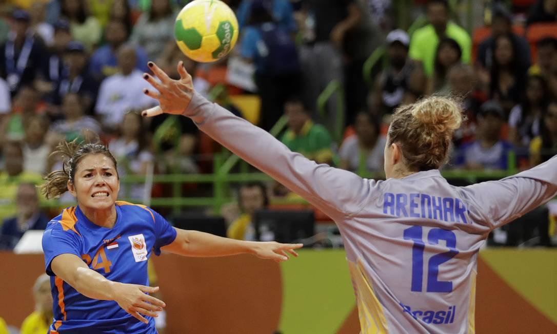 Smeets marca um dos 32 gols da vitória da Holanda sobre o Brasil Matthias Schrader / AP