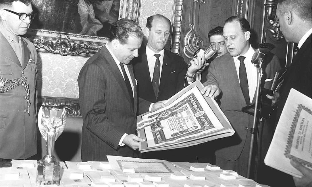 Em 1962, o presidente João Goulart participa da entrega de diplomas e medalhas comemorativas no Palácio das Laranjeiras, após a vitória na Copa do Mundo O GLOBO