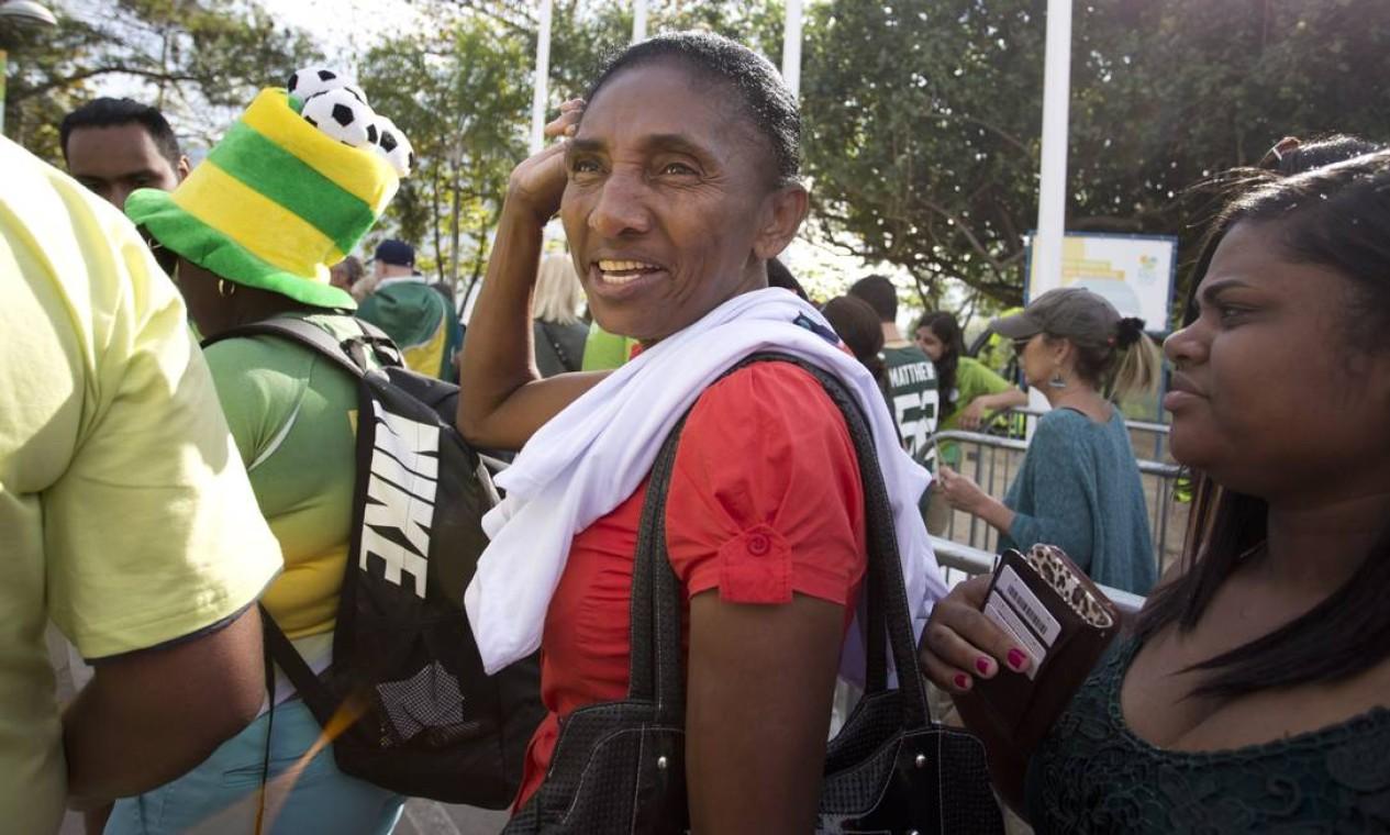 A mãe do atleta, Dilma Queiroz, chegou ao portão de entrada 10 minutos antes da largada Foto: Márcia Foletto / Agência O Globo