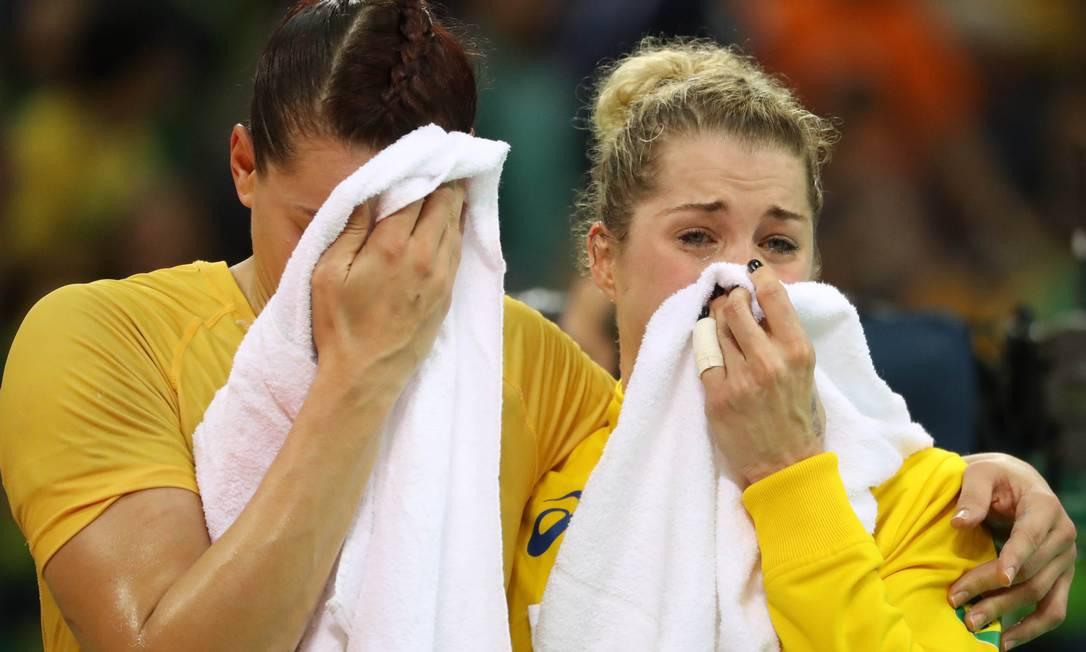 Deonise Fachinello chora ao lado Eduarda Amorim após derrota para a Holanda Marcos Tristao / NOPP