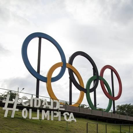 Os aros olímpicos Foto: Hermes de Paula / Agência O Globo