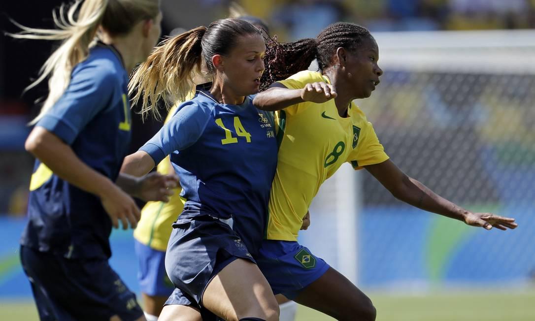 Formiga controla a bola, mas a jogadora sueca Emilia Appelqvist não desiste Natacha Pisarenko / AP