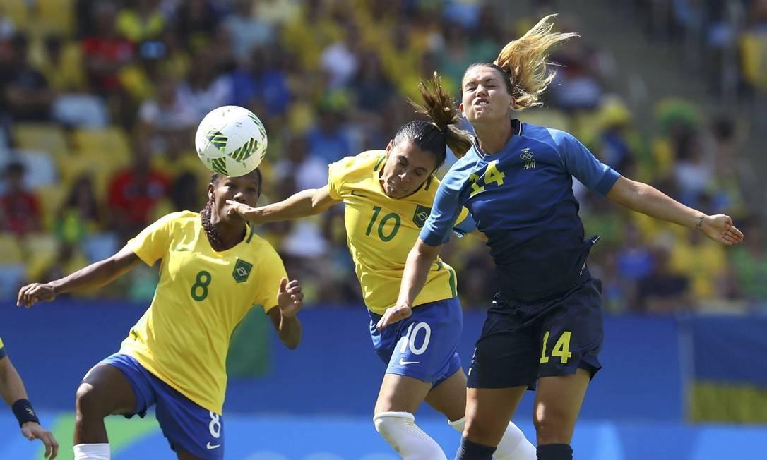 No outro lance, Formiga ganhou o reforço de Marta na disputa de bola com Emilia Appelqvist LEONHARD FOEGER / REUTERS