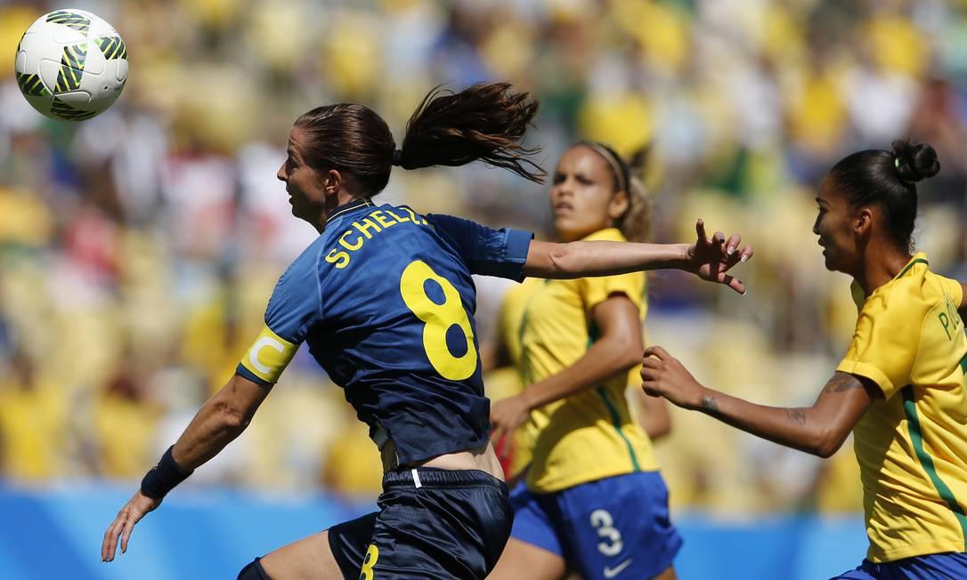 A sueca Lotta Schelin suou a camisa para tirar a brasileira Poliana de sua cola Silvia Izquierdo / AP