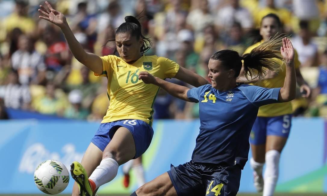 A seleção brasileira feminina disputa com o time sueco um lugar na final do futebol feminino Natacha Pisarenko / AP