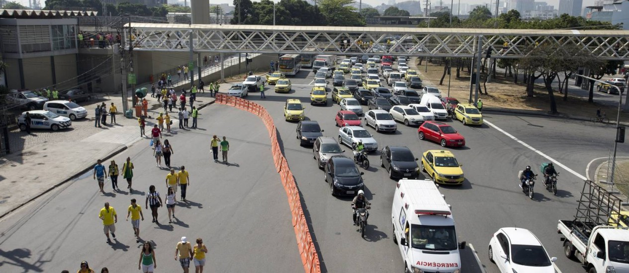 O trânsito congestionado na Avenida Radial Oeste Foto: Márcia Foletto / Agência O Globo