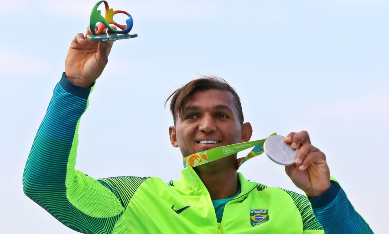 Isaquias Queiroz com a medalha de prata na prova de 1000m da canoagem de velocidade Foto: Clayton de Souza / ESTADAO/NOPP