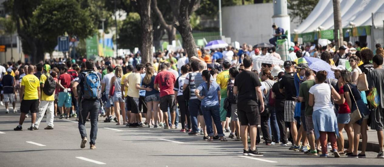 Fila para entrar no Maracanazinho e falta de informacao na frente do Maracanã Foto: Agência O Globo