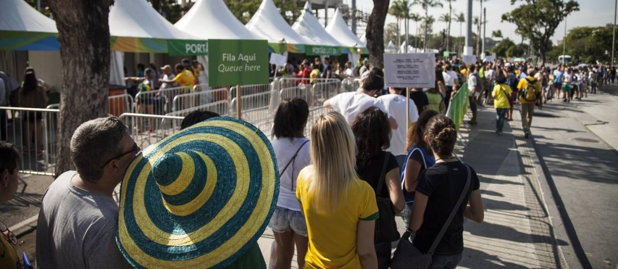 Torcedores na enorme fila para entrar no Maracanã Foto: Hermes de Paula / Agência O Globo