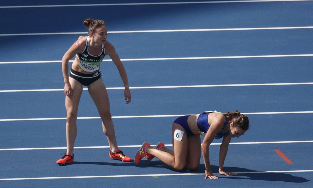 A americana ajudou a atleta da Nova Zelândia a levantar e as duas continuaram Daniel Marenco / Agência O Globo