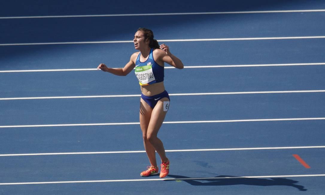 A americana Abbey D'Agostino se lesionou durante a prova dos 5.000m feminino, no Engenhão Daniel Marenco / Agência O Globo