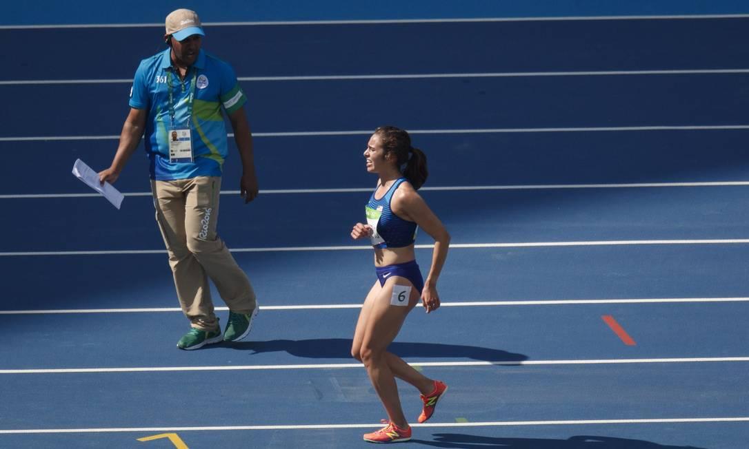Antes, ela havia colido com Nikki Hamblin, da Nova Zelandia, que tropeçou e caiu Daniel Marenco / Agência O Globo