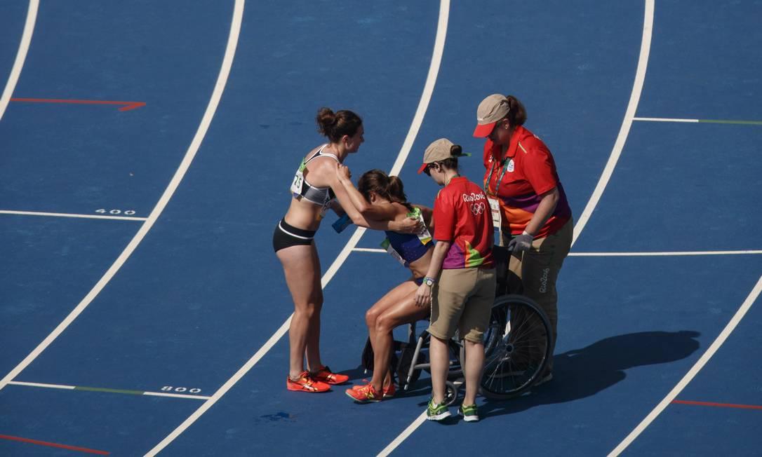 Após o final da corrida, D'Agostino foi levada em uma cadeira de rodas Daniel Marenco / Agência O Globo
