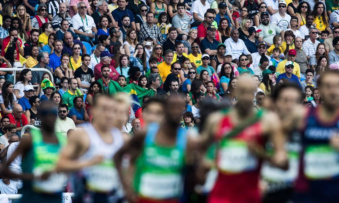 Torcida acompanha com atenção a eliminatória dos 1.500 metros Danilo Verpa / Folha de S.Paulo/ NOPP