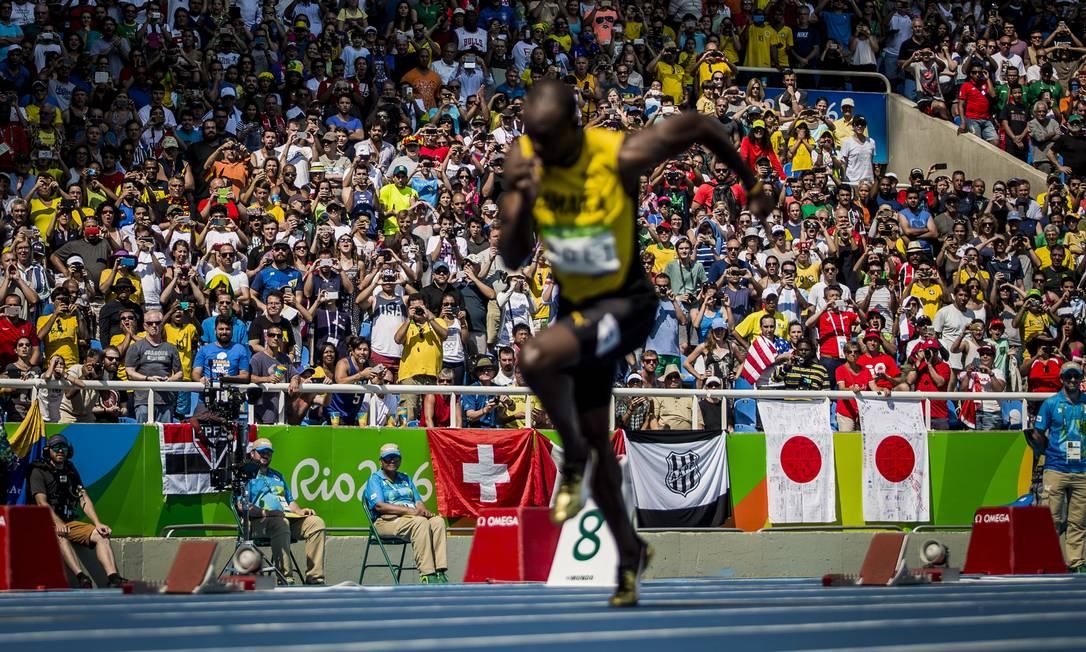 A expectativa do público ao ver o raio jamaicano, Usain Bolt, na qualifcação dos 200 metros Adriano Vizoni / Folha de S.Paulo / NOPP