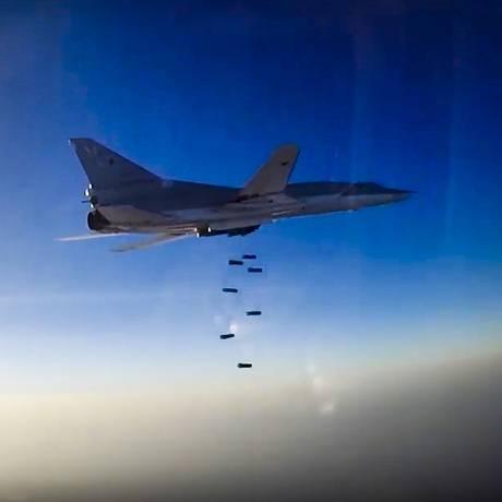 Avião russo voa conduz ataque aéreo sobre região de Aleppo, na Síria Foto: AP