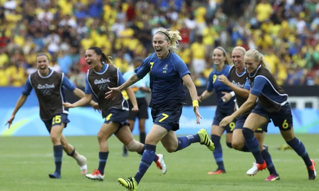 Lisa Dahlkvist, da Suécia (C) comemora com companheiras de equipe a vitória nos pênaltis. LEONHARD FOEGER / REUTERS