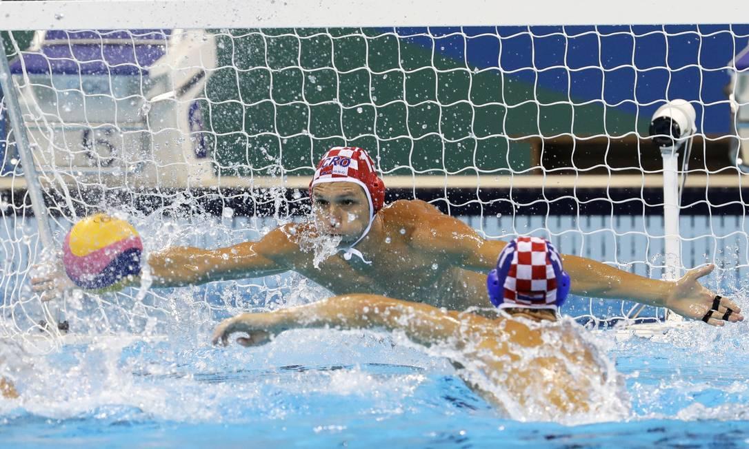 O goleiro croata Marko Bijac fez defesas importantes na vitória sobre o Brasil Eduardo Verdugo / AP