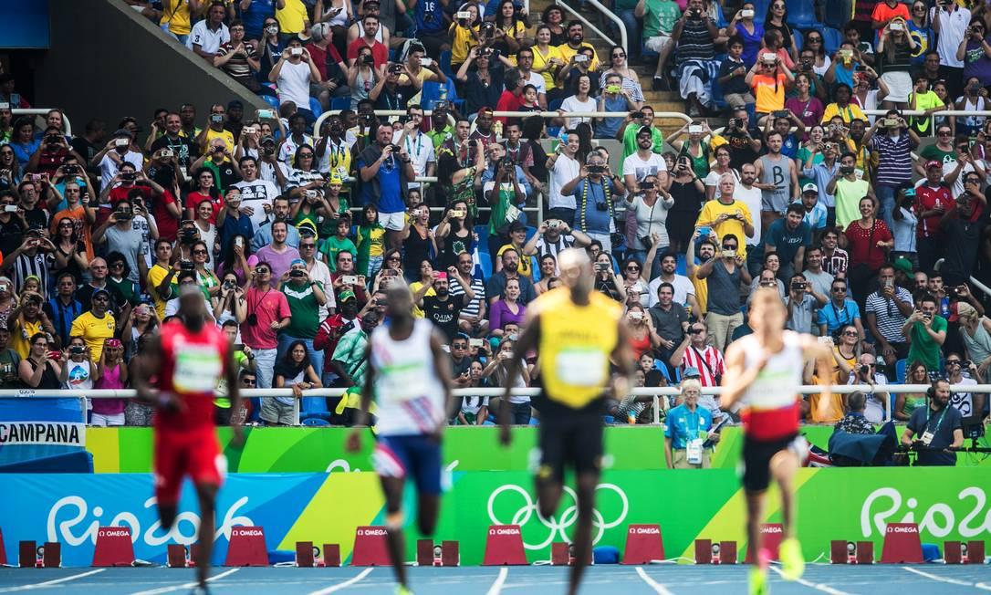 Para conseguir ver de novo. Torcida usa celular para conseuir acompanhar Usain Bolt Danilo Verpa / Folha de S.Paulo / NOPP