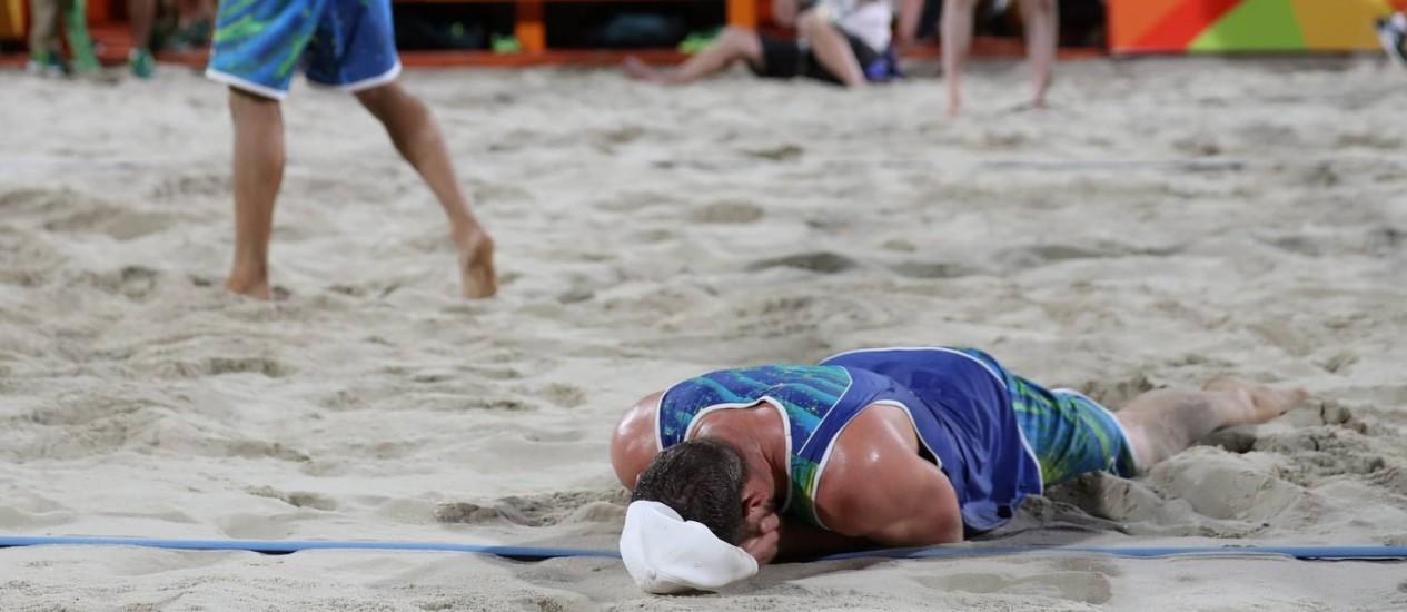 Alison chora na areia após ponto de Bruno Schmidt, que garantiu a classificação da dupla para a final olímpica do vôlei de praia nas areias de Copacabana Foto: Marcelo Carnaval / Agência O Globo