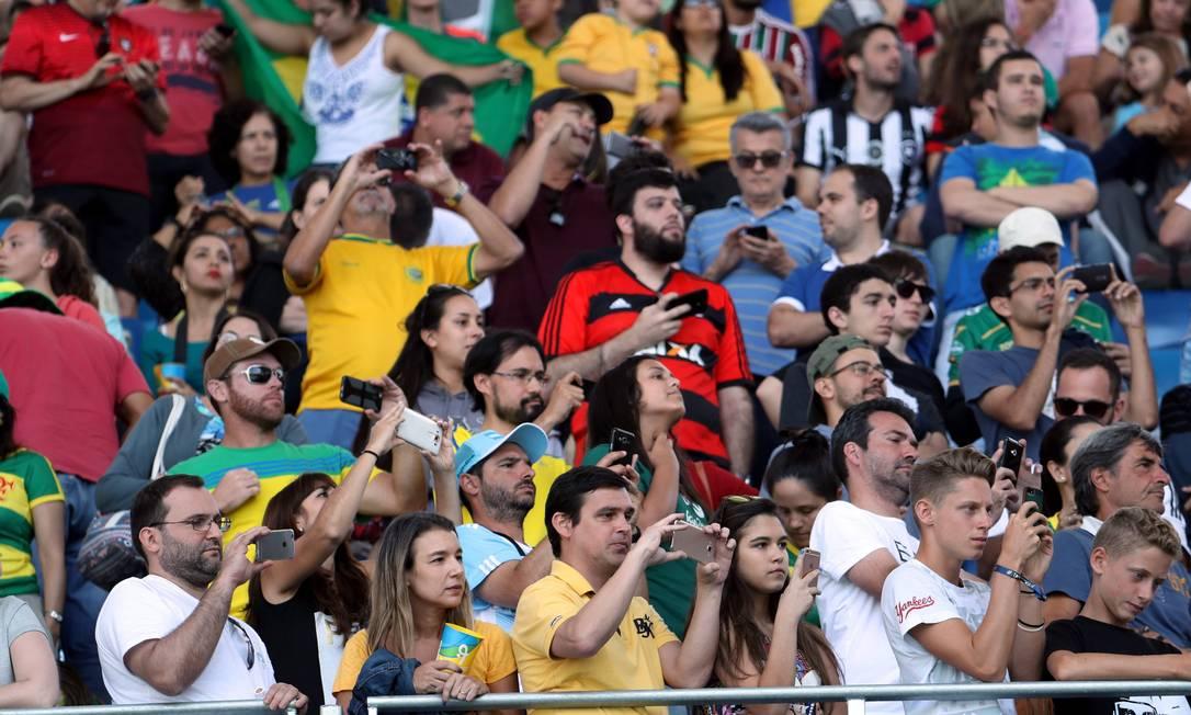 Público fotografa o astro Usain Bolt após a prova dos 100 metros rasos Marcelo Carnaval / Agência O Globo