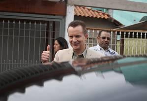 O deputado entrou em cinco casas, visitou dois terrenos às margens do Rio Tietê e do córrego Tijuco Preto Foto: Marcos Alves / Agência O Globo