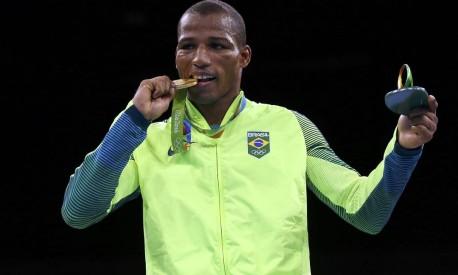 Robson Conceicao posa com a medalha de ouro Foto: PETER CZIBORRA / REUTERS