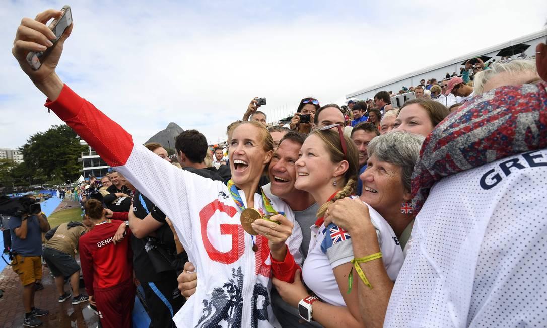 Helen Glover, da Grã-Bretanha, tira selfie após competição de remo DAMIEN MEYER / AFP