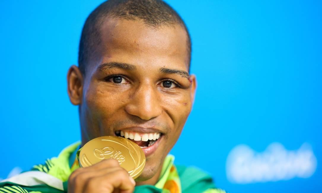 Primeiro ouro do boxe brasileiro, Robson Conceição celebra e posa com a medalha após a cerimônia de premiação Pedro Kirilos / Agência O Globo